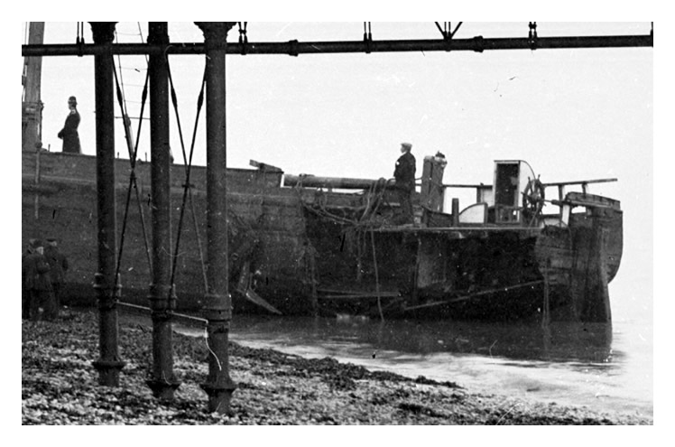 1906 - Ship 'Yarra' beached by Penarth Pier.